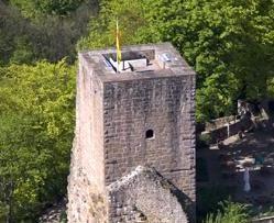Luftansicht vom Bergfried von Burg Alt-Eberstein; Foto: Staatliche Schlösser und Gärten Baden-Württemberg, Achim Mende