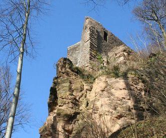Burg Alt-Eberstein auf einem Felsen, Ansicht aus der Froschperspektive