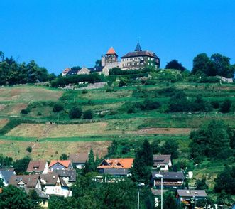 Blick auf Schloss Neu-Eberstein, im Vordergrund Gernsbach
