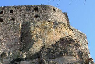 Burg Alt-Eberstein thront auf einem Felsen, Ansicht aus der Froschperspektive