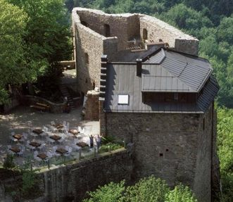 Luftbild von Bergfried mit Gaststätte im Innenhof von Burg Alt-Eberstein; Foto: Landesmedienzentrum Baden-Württemberg; Arnim Weischer